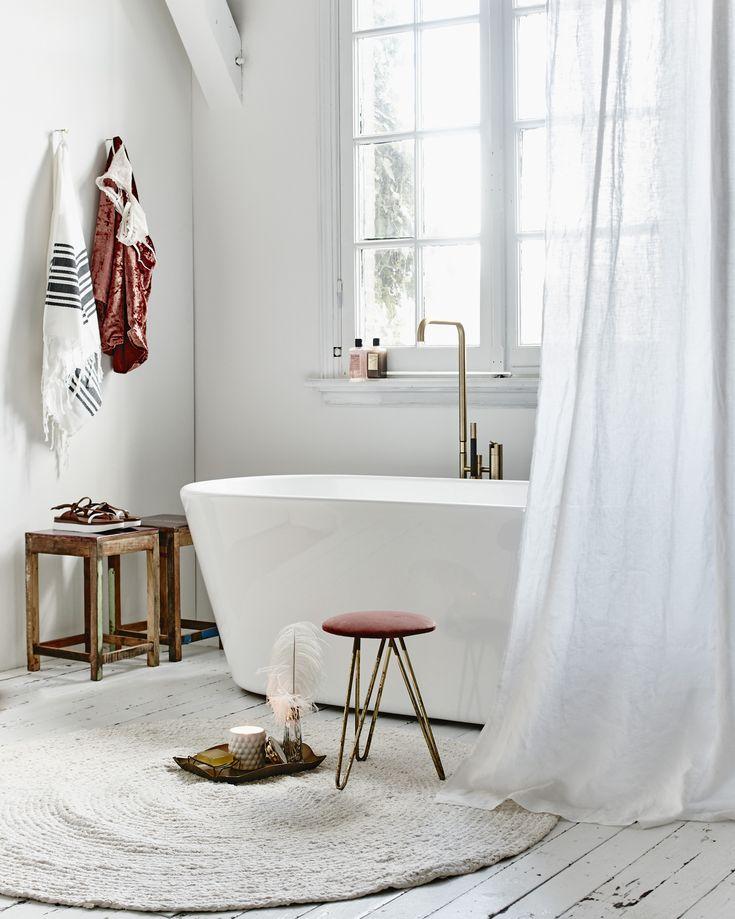 Lichte badkamer met rode details | Bright bathroom with red details | Photographer Jeroen van der Spek | Styling Valerie van der Werff | vtwonen Juni 2015