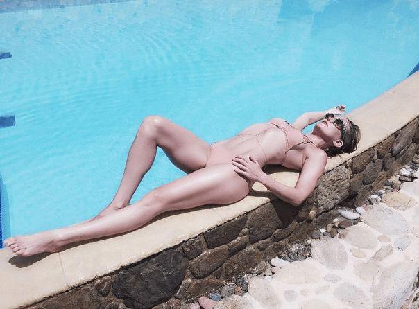 Nanu, ist die nackt?!? Nee... Auf dem zweiten Blick erkennen wir einen Bikini in Nude, der Kate Hudsons durchtrainierten Körper schmückt.