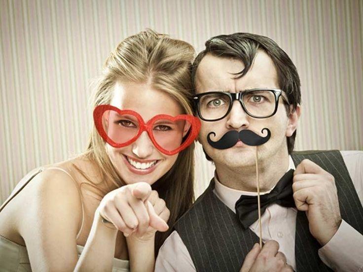Skal dere ha Photo Booth til bryllupet? Da kan dere få tatt mange morsomme bilder av både dere og av gjestene, om dere har rett tilbehør. Sjekk våre photo-booth-produkter på www.tilbryllupet.no.  Bartene på bildet koster kr 69,- for 6stk!
