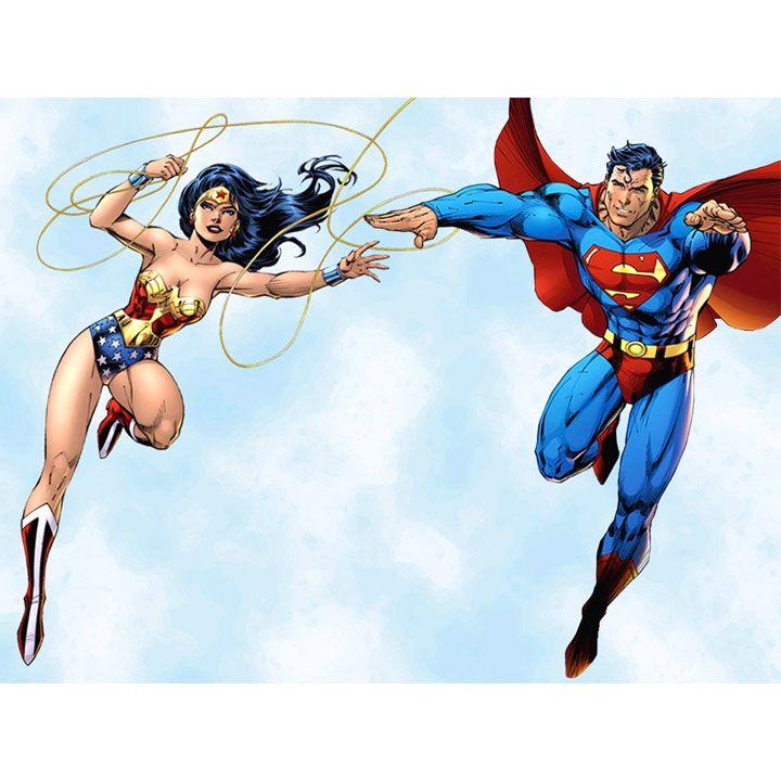 Superman sogna da tempo di avere un rapporto sessuale con Wonder Woman, la quale però non ne vuole assolutamente sapere di Superman.  Mentre sta volando, Superman scorge Wonder Woman sdraiata nuda....