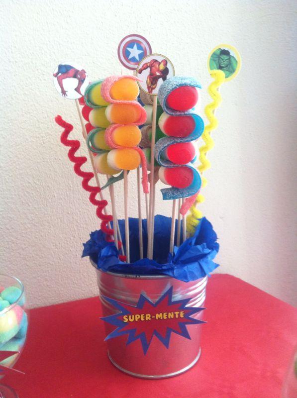 Cubo de brochetas en el buffet de golosinas para el Cumpleaños de Dani (Superhéroes) elaborado en UNO:DOCE