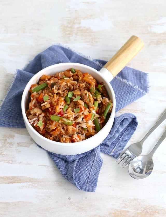 Op zoek naar een lekker, simpel en snel recept? Wat dacht je van deze rijstschotel met bonen en gehakt? In 25 minuten staat dit simpele maar lekkere gerecht op tafel. Prima voor doordeweeks wanneer je