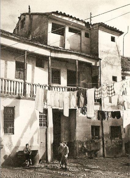 1952. Una corrala en Lavapiés. Fotografía de Catalá Roca | Flickr - Photo Sharing!