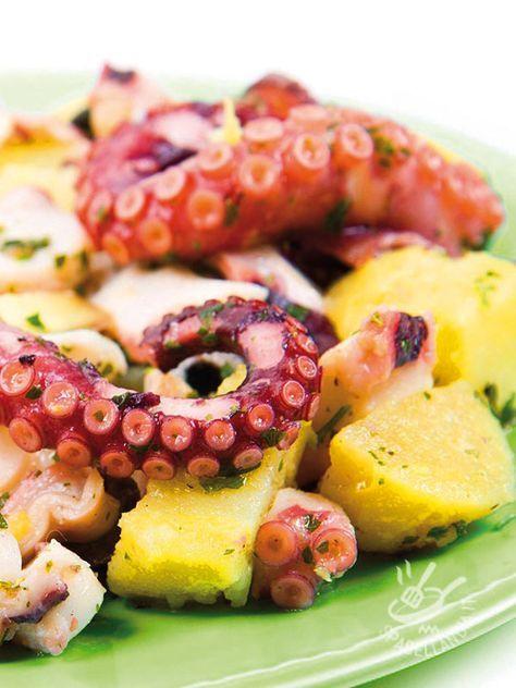 Octopus with potatoes - Il Polpo con patate è un secondo di pesce tipico della cucina mediterranea, ottimo se accompagnato con una fresca insalatina di stagione. Intramontabile! #polpoconpatate