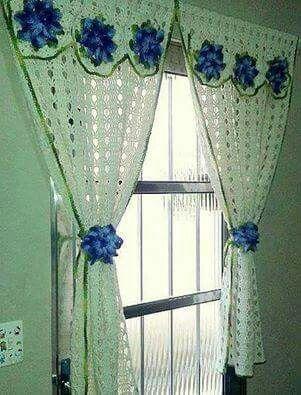 Cortina em crochê com detalhes e prendedor florais