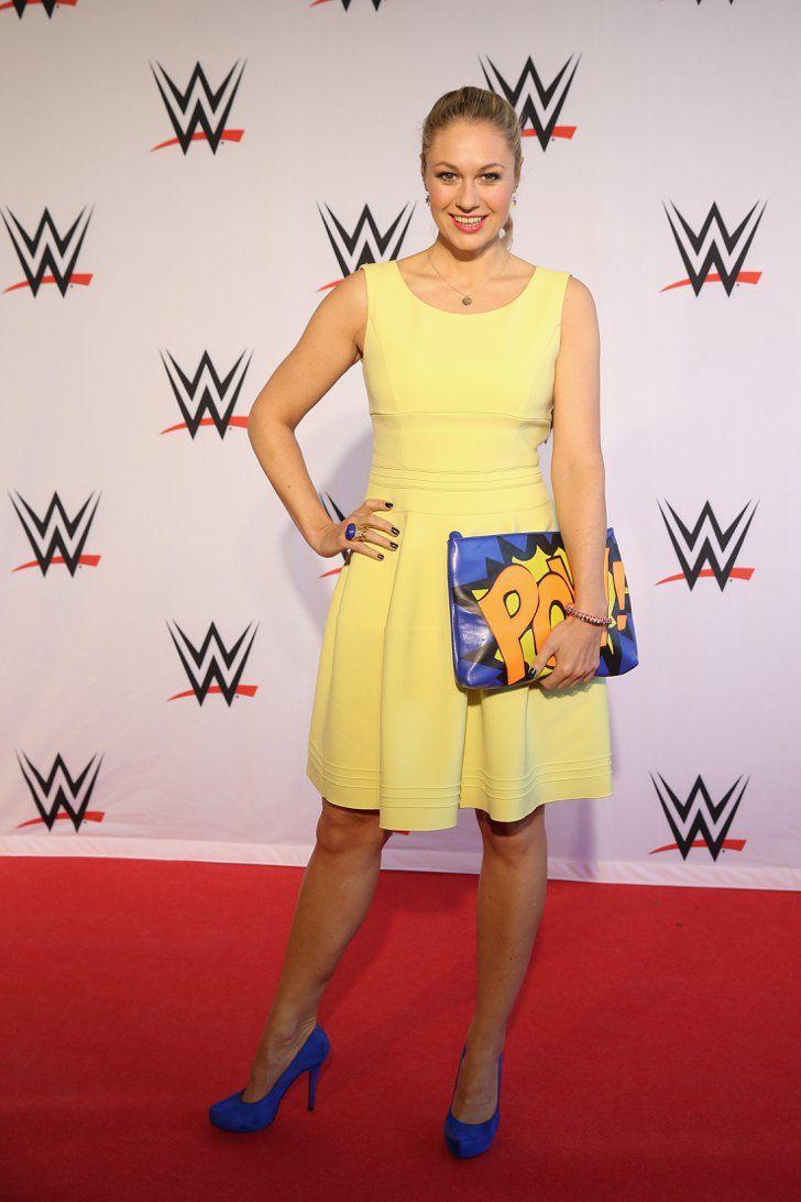 """Pin for Later: Best Dressed: Die schönsten Looks der ganzen Woche Ruth Moschner Ruth Moschner präsentierte beim WWE Live Event in Hamburg schlagkräftige Argumente mit dieser """"Pow""""-Clutch."""