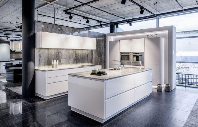 Hochglanz Küche mit Kochinsel in der Küchenausstellung - küche hochglanz oder matt