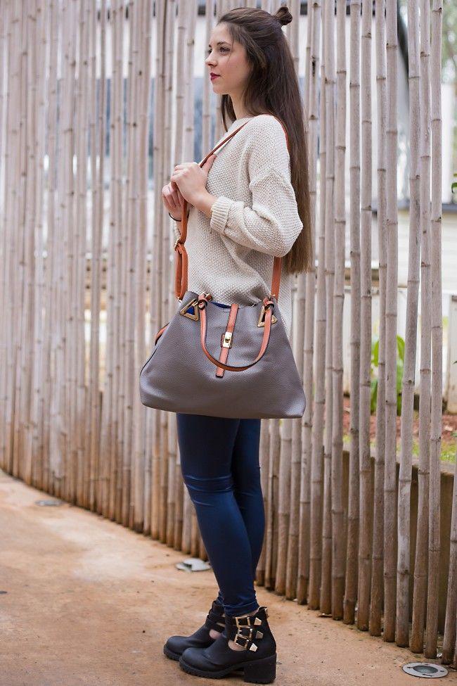 Sand Luggage Handbag Τσάντα χειρός στο χρώμα της άμμου με λουράκια σε ταμπά χρώμα. Περιέχει μακρύ λουρί και μπορεί να φορεθεί και χιαστί. 26,90 €