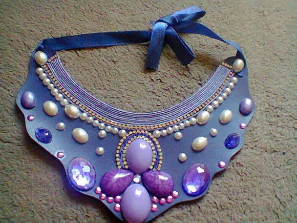 Maxi colar em base de couro roxo, aplicação de chatons nas tonalidades roxo e lilás, pérolas, fio de strass, fio encerado. R$ 29,90