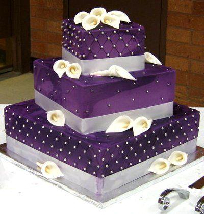 Torta de Bodas muy bella y sencilla en fondant de color violeta con perlas comestibles y pequeñas calas en los diferentes pisos. Rellenos a elección