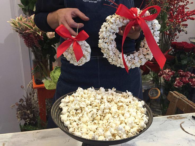 COME FARE LA #GHIRLANDA DI #POPCORN E LE PALLINE (#VIDEO TUTORIAL) Un video tutorial dettagliato su come realizzare la ghirlanda natalizia e una pallina di #Natale usando i popcorn, il tutto sotto la guida di Simona Nannelli  #tutorial #handmade #florence #tuscany #christmaswreath #addobbinatalizi