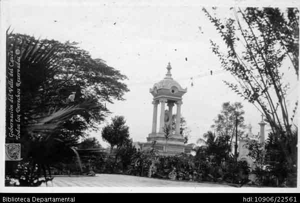 PEDRO A. RIASCOS. Cementerio Central Cali. 1960. OTRO: Biblioteca Departamental Jorge Garces Borrero, 1900. 9X14.