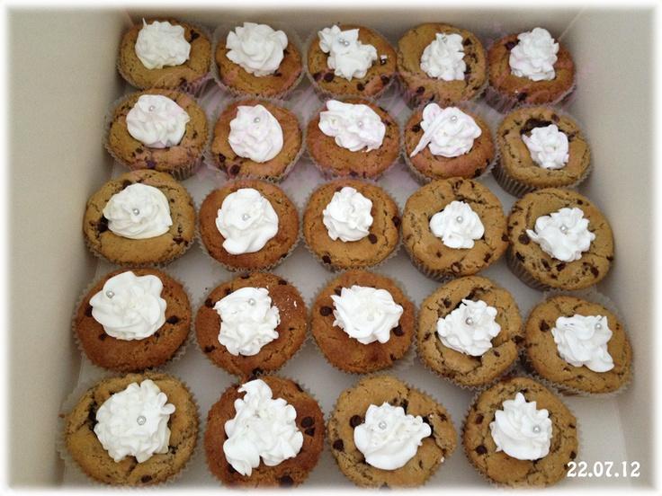 cupcake con gocce di cioccolato e ghiaccia (glassa) reale con zuccherino argentato.   Buona la ghiaccia reala è simile alla meringa.
