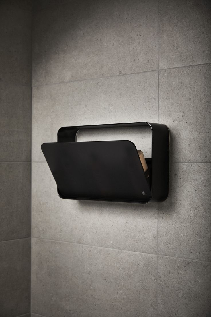 Smart duschförvaring NEST i matt svart/dark frost som går att limma upp på väggen i duschen.