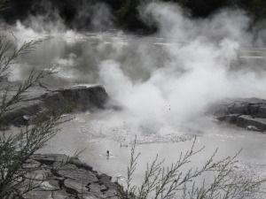 Kratery, gotujące się błoto