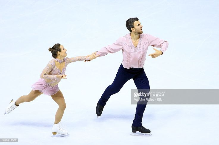 News Photo : Meagan Duhamel and Eric Radford of Canada compete...