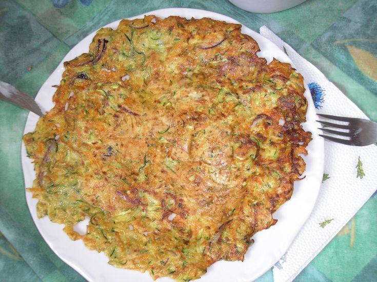 """Még+Húsvét+előtt+találtam+ki+-+némi+török+ihletésre+-+ezt+a+finomságot,+amely+szinte+verte+a+hagyományos,+krumplis+tócsnit,+egy+kedvenc+ételünket.+A+zöld-sárga-lila+színek+(lilahagyma+is+van+benne),+a+ropogós+""""tészta"""",+csupán+annyi+liszt+van+benne,+amennyit+a+zöldségek+leve+felvett,+alighanem…"""
