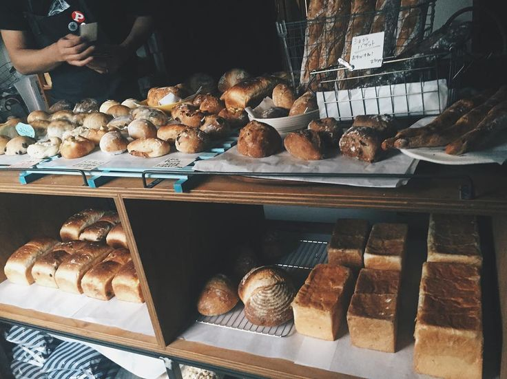 今までで一番忙しい日でした  雨の中並んでくださった方々にはご迷惑おかけいたしました  12時前にはほぼ売り切れ>_<  クリームパン焼豚サンドシナモンロールなど人気のものは大量に作ったですが30分もしない間になくなり  一般的なパン屋なら追加でどんどん焼くのだろうけど   うちの店のパンは私一人で全て作っています  土曜は生産数が多い為徹夜で作っている故体力的なことや園が休みの娘の事も考慮して追加生産はしないことにしています  その分他のお店に負けないくらいの数と種類と何より美味しさを朝一番に全て揃えられるよう頑張っております  先週からなぜかとっても忙しくなってしまったのですが普段のトランジスタはもっとゆっくりまったりしています  世間話やお子さんと戯れたりほんとにゆるやかな時間が流れるお店なのですがここ最近のせかせかした感じになかなか慣れずお時間を取らせてしまって申し訳ありません  来てくださる全ての方にとってもとっても感謝しております  一人でも多くの方にうちのパンで心とお腹を満たしていただけたらなと願って作っておりますので来週もまたよろしくお願いいたします…