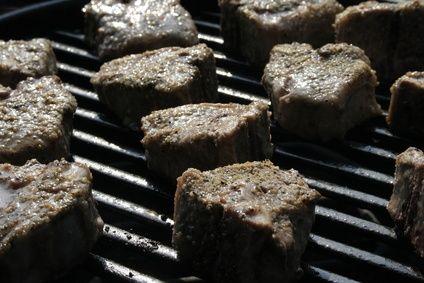 Cómo asar carne en una parrilla con carbón | eHow en Español