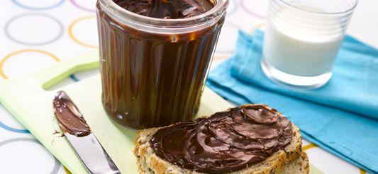 (voor 1 grote pot)      Laat de chocolade au bain-marie smelten in een grote steelpan. Neem van het vuur, voeg de zachte boter toe en meng met de garde. Voeg dan de gesuikerde geconcentreerde melk toe en meng opnieuw. Laat, af en toe roerend, afkoelen.      Schep in een pot, dek af en zet in de groentelade van de koelkast zodat de pasta een ideale consistentie krijgt en behoudt.      Een lekkernij op de boterhammen!   Tip: Je kan ook melkchocolade en/of chocolade met hazelnoten gebruiken.