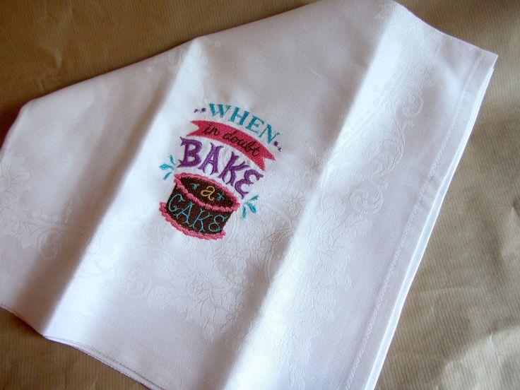 Serviette de table blanche grand format, en coton damassé, brodée gâteau au chocolat : Cuisine et service de table par broderies-suzette