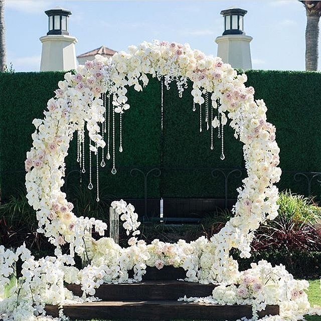 Such a breathtaking floral design by @blushbotanicals has this summer wedding on point! Photo: @jana_williams_photos.