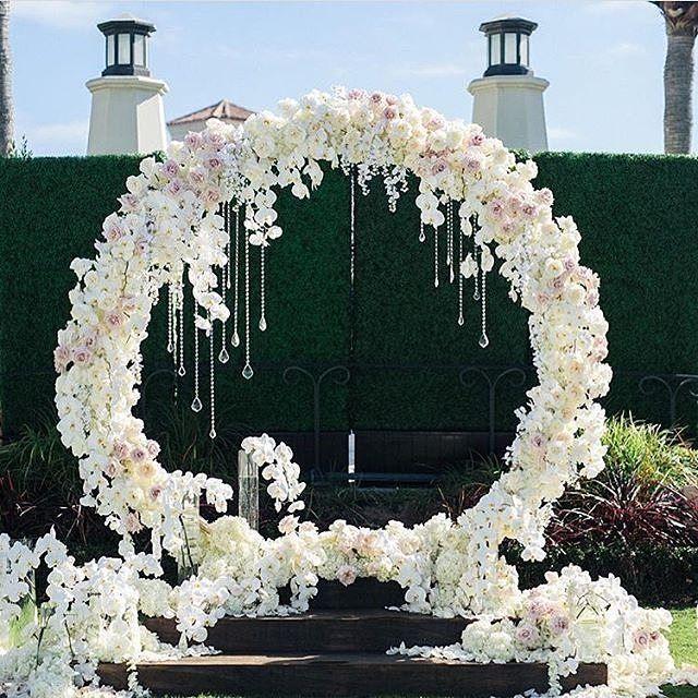 Beautiful ceremony backdrop! Breathtaking floral design by @blushbotanicals Photo: @jana_williams_photos.