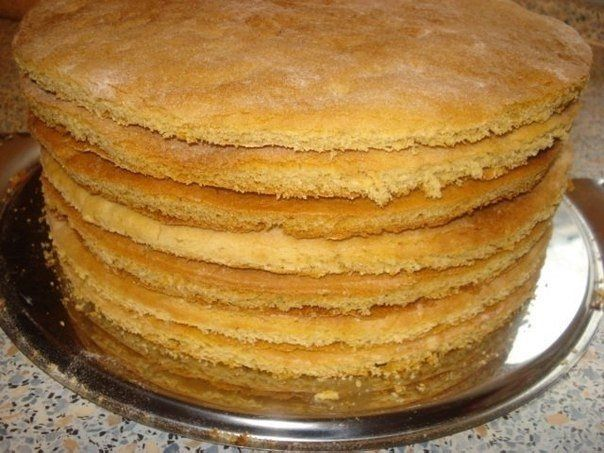 Коржи для торта в количестве девять - десять штук можно приготовить всего за пол часа. Затем взбить или сварить крем, промазать коржи и ...