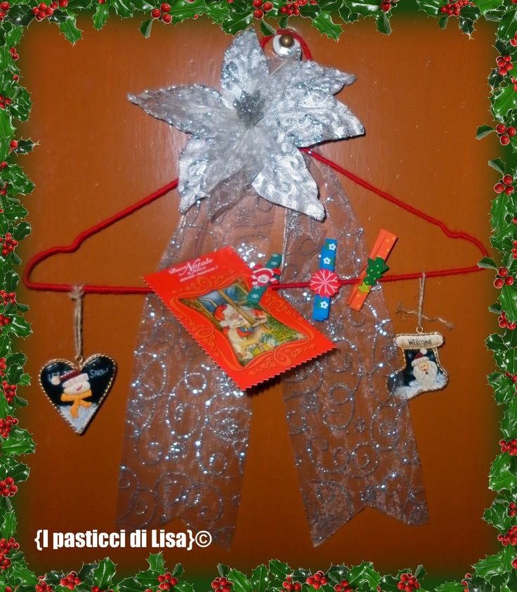 {Christmas door decoration - Una gruccia ricoperta di lana rossa, un fiore, delle mollette colorate, qualche decorazione e un nastro. Perfetto come benvenuto in casa o come appendi-biglietti d'auguri <3