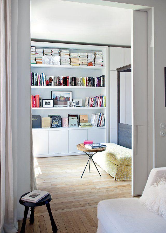 Une grande bibliothèque dans la chambre