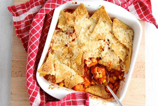 Deze vegetarische Mexicaanse ovenschotel met tomatensaus, zoete aardappel, worteltjes, maïs, ui en tortilla chips is heerlijk, en ook nog eens super gemakkelijk om klaar te maken. Het fijne is ook dat je lekker kunt afwisselen met de groente die je erin verwerkt. Vervang bijvoorbeeld de zoete aardappel eens door pompoen of laat de wortel achterwege en bak wat paprika mee. Serveer de ovenschotel lekker met verse koriander, zelfgemaakte guacamole, crème fraîche, groene salade en rijst. Eet…