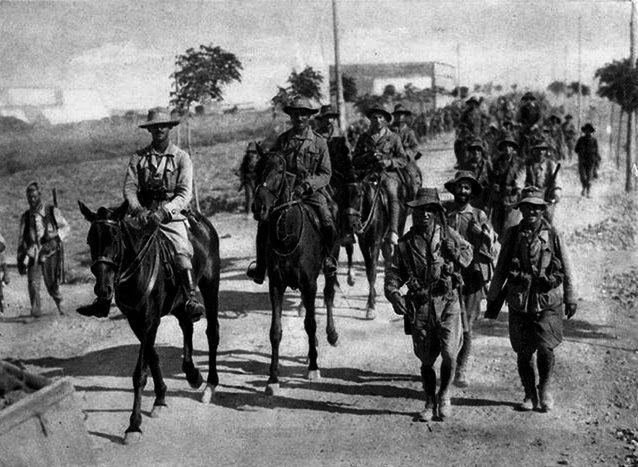 La Primera Bandera de la Legión con su comandante D. Francisco Franco enprimer término. Noviembre de 1920. Perdido el imper...
