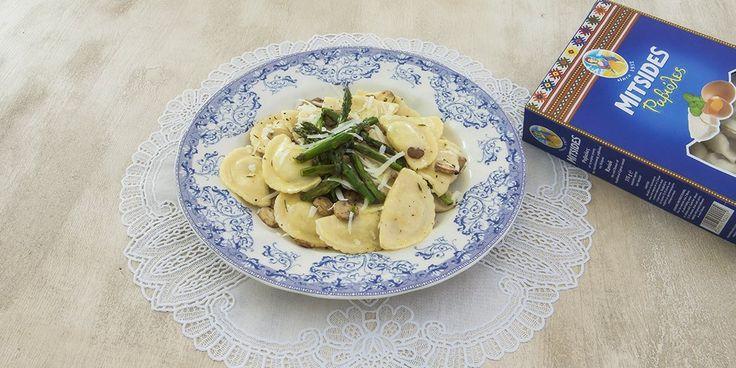 Ραβιόλες με μανιτάρια, σπαράγγια και σάλτσα από βούτυρο και λεμόνι