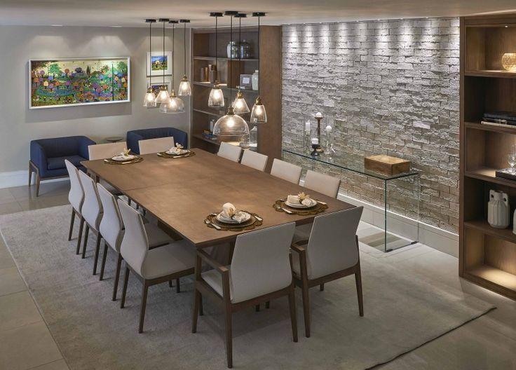 Uma sala ampla, perfeita para quem gosta de receber e com muitos lugares à mesa – graças às duas mesas quadradas, que fazem as vezes de uma peça grande. A intenção aqui é reunir os amigos ou a família. Para chegar ao resultado desejado, as arquitetas utilizaram pouco mobiliário, acrescentando acabamentos mais aconchegantes, como a madeira. Móveis contemporâneos, de poucos detalhes, porém com linhas marcantes, telas de arte naïf e uma iluminação bem atual compõem o ambiente.