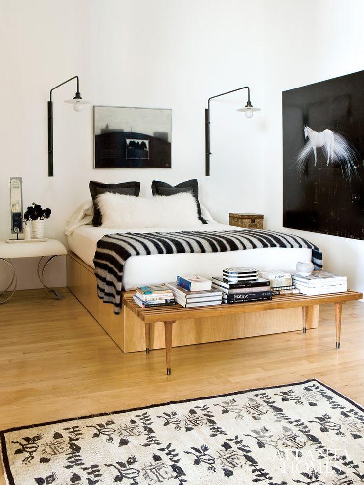 черно-белая спальня картина лошадь