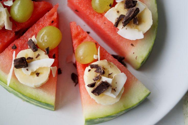 Frugt pizza. En sjov lille frugt pizza af melon som kan anvendes som snack, fredagsslik, til sommerfest eller børnefødselsdag,