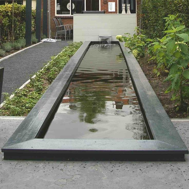 Vijver met wateroverloop. Ontwerp en aanleg hoveniersbedrijf van Elsäcker Tuin