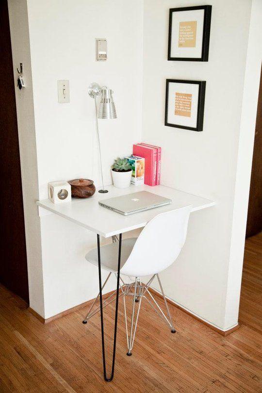 Освободить помещение можно с помощью узких вертикальных шкафов или подвесных полок, установленных на стыке двух смежных стен. Такие дополнительные места хранения центральную часть комнаты сделают более просторной. Можно этим участкам найти другое применение, обосновав в них рабочий уголок или столик для ночной лампы.