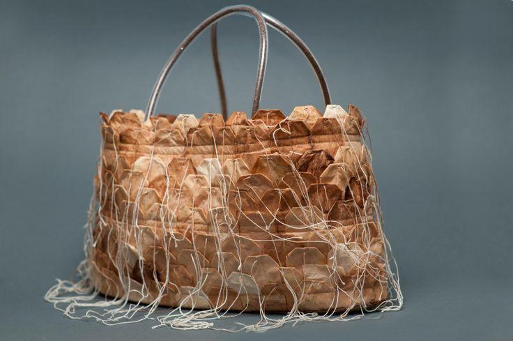 """Ici il s'agit d'un sac tendance """" verte """", constitué de capsules de thé. De base primaire, ce packaging pourrait devenir secondaire en permettant de créer du véritable thé par le biais de véritables capsules pouvant être remplacées : pratique, mais peut-être pas en temps de pluie. Le bémol reste sans doute sa production coûteuse et son côté périssable."""