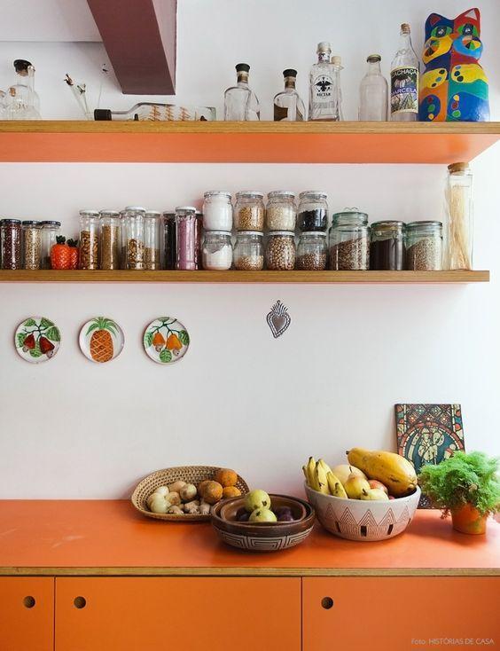 Pendurar os pratos não é uma decoração somente para a área da cozinha. Você pode pendurar em qualquer ambiente. Uma vez ouvi alguém dizer que todas as pare