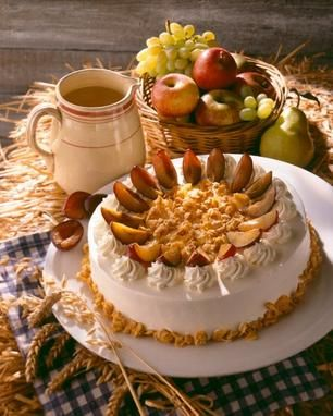 Eine sahnige Torte mit Eierlikör und Pflaumen für den Herbst