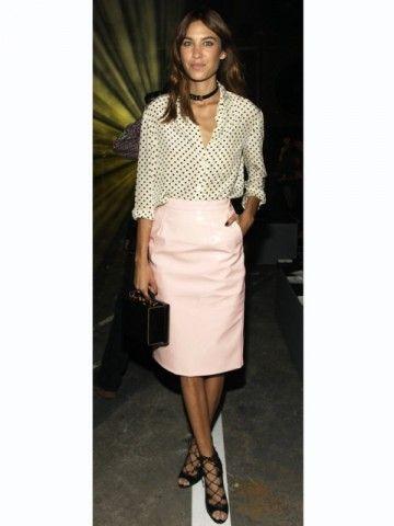 珍しいピンクレザー。素敵な40代の着こなし術♡アラフォー レザースカートおすすめコーデ術です。