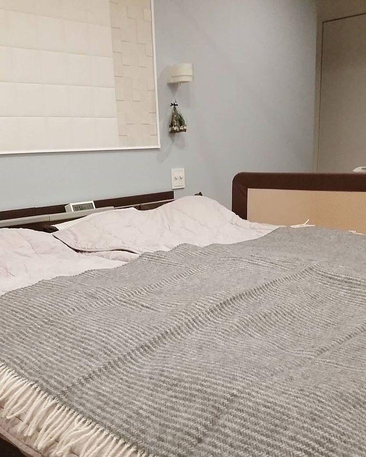 寝室ではベッドカバーとして使ったりしています♥ 足元がポカポカ✴ #一条工務店#アイスマート#新築#マイホーム#寝室#ベッド#ベッドカバー#ブランケット#スローケット#クリッパン#暮らし#日々の暮らし#インテリア#北欧#北欧雑貨#interior#アクセントクロス#ブルーグレー#リリカラ#リクシル#LIXIL#エコカラット#ペトラスクエア#クシーノ#リース#ツリー#クリスマス#クリスマス雑貨#クリスマスグッズ