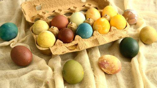 Σήμερα δείχνω πως βράζω τα αυγά χωρίς να σπάσουν, πως τα χρωματίζω σε διάφορα χρώματα με φυσικούς τρόπους και κάποια εφέ που μπορούμε να δημιουργήσουμε πάνω τους.