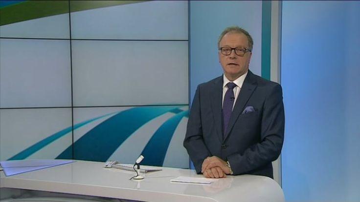 Uutisjuontaja Matti Rönkä opastaa Yle uutisluokkalaisia uutisjutun tekemisessä.