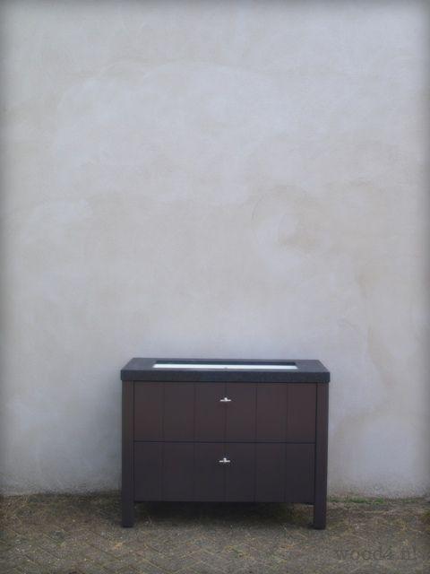 Een landelijk badkamermeubel in de kleur bruin staat eigenlijk wel erg goed bij een grijze wand. ...durf ook kleuren te kiezen... Ontwerp en bouw van het badkamermeubel is van Wood4 Bathroom  Badkamer en badkamermeubel