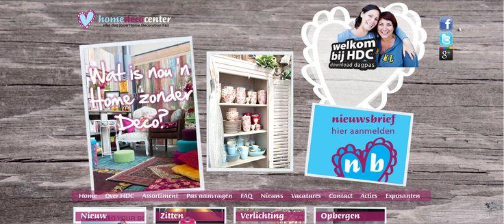 De website van Home Deco Center is een sterk middel. De vormen en foto's geven de website een speelse en gezellige uitstraling. En dat is precies wat Home Deco Center wil zijn: speels, gezellig, leuk. Naar aanleiding van de site zullen mensen een positieve houding hebben tegenover de winkel en waarschijnlijk eens langsgaan om te zien wat de winkel allemaal te bieden heeft.