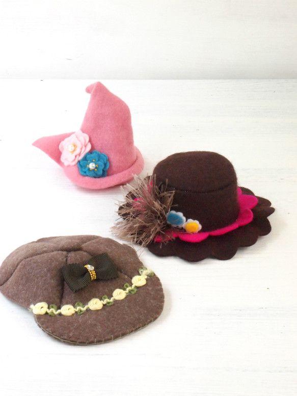 ペットの為の小さい帽子です。秋にぴったりな、スイートな可愛さの帽子を、3点セットで用意しました。犬ですと、プードル、シュナウザー、シーズなど5㎏以上くらいの子...|ハンドメイド、手作り、手仕事品の通販・販売・購入ならCreema。