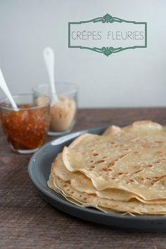 Une délicieuse recette de crêpes végétaliennes ! 175 gr de farine T45 1/4 litre de lait de soja à la vanille 25 gr de fécule de maïs diluée dans 5 cl de lait de soja. 15 ml d'huile (Olive, tournesol ou noisette, au choix) 30 gr de sucre de canne 2 cuillères à soupe de fleur d'oranger 1 pincée de sel fin