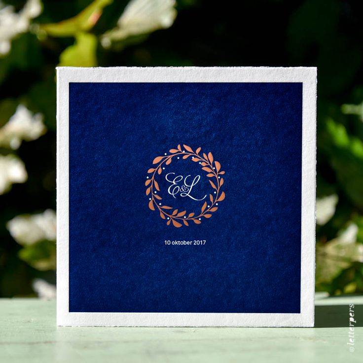 Trouwkaart of save the date kaart met krans en initialen